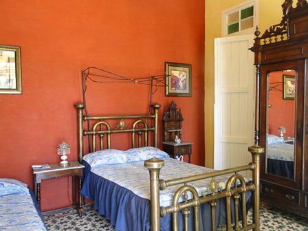 Las Mercedes - Bedroom with queen and single bed, closet